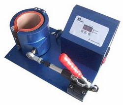 Печать изображения на кружке с использованием термопресса для кружек.